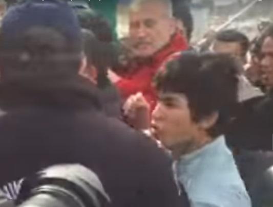 Ανήλικος Λαθρομετανάστης Επιτέθηκε με Μανία σε Αστυνομικό στο Ελληνικό.